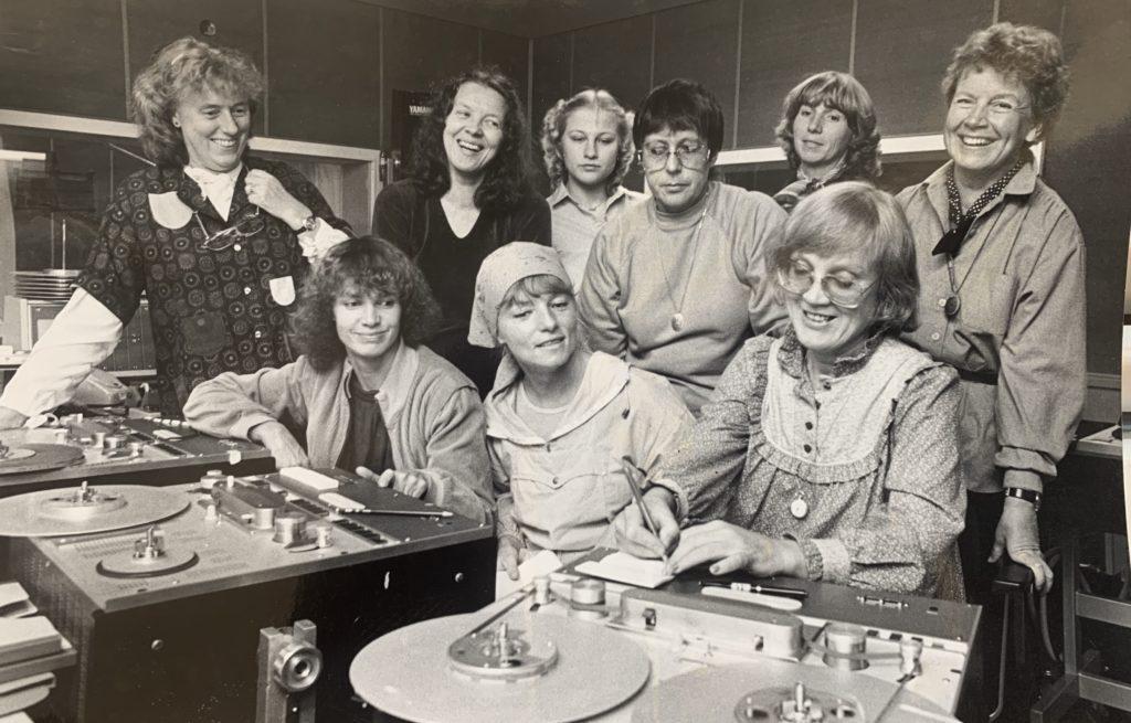 Radio Ellens medarbetare i radiohuset på Mariehem i Umeå. Längst fram från vänster Karin Nordberg, Gerd Ulander och Isa Edholm. Foto: Ulf Hägglund, Västerbottens Folkblad